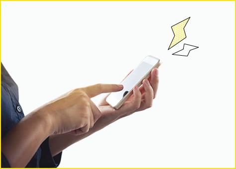 Persona contratando con su móvil nuestra oferta de luz barata