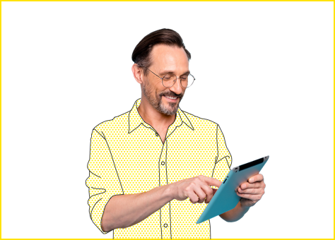 Hombre contento contratando con su Tablet nuestra tarifa de discriminación horaria